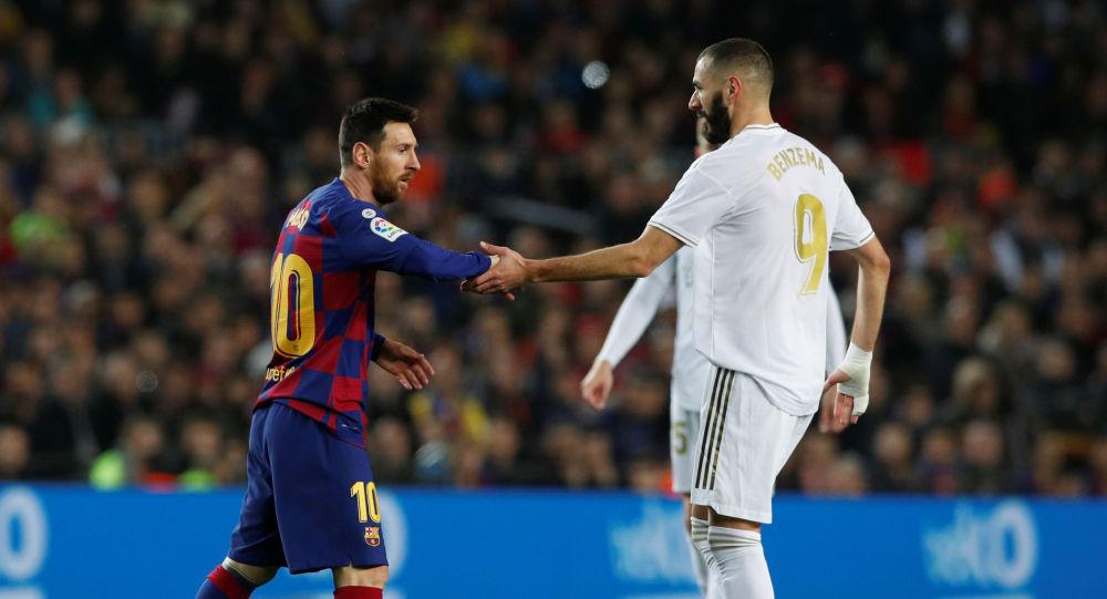 Нападающий Барселоны Лионель Месси и форвард Реала Карим Бензема во время матча