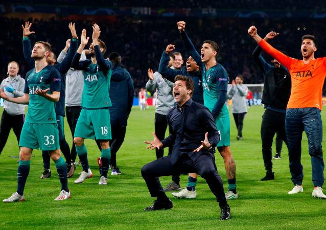 Тренерский состав Тоттенхэма Маурисио Почеттино, Бен Дэвис, Фернандо Льоренте и Эрик Ламела празднуют после полуфинального матча Лиги Чемпионов УЕФА против команды Аякс (8 мая 2019). Амстердам