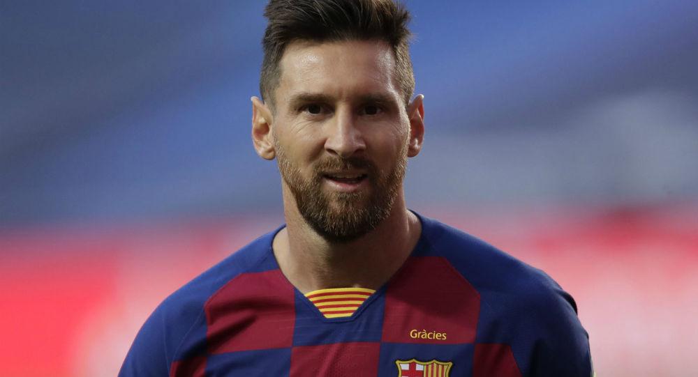 Лионель Месси наблюдает за четвертьфинальным матчем Лиги чемпионов между ФК Барселона и Бавария Мюнхен на стадионе Луз (14 августа 2020). Лиссабон