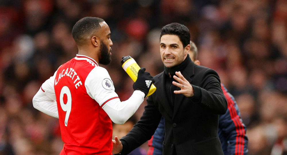 Arsenal's Alexandre Lacazette with manager Mikel Arteta