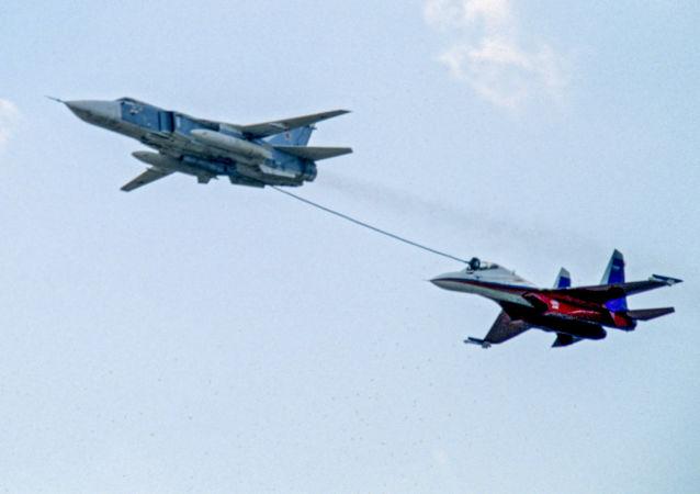 سوخت گیری هواپیماهای روسی در هوا با سرعت 700 کیلومتر در ساعت + ویدیو