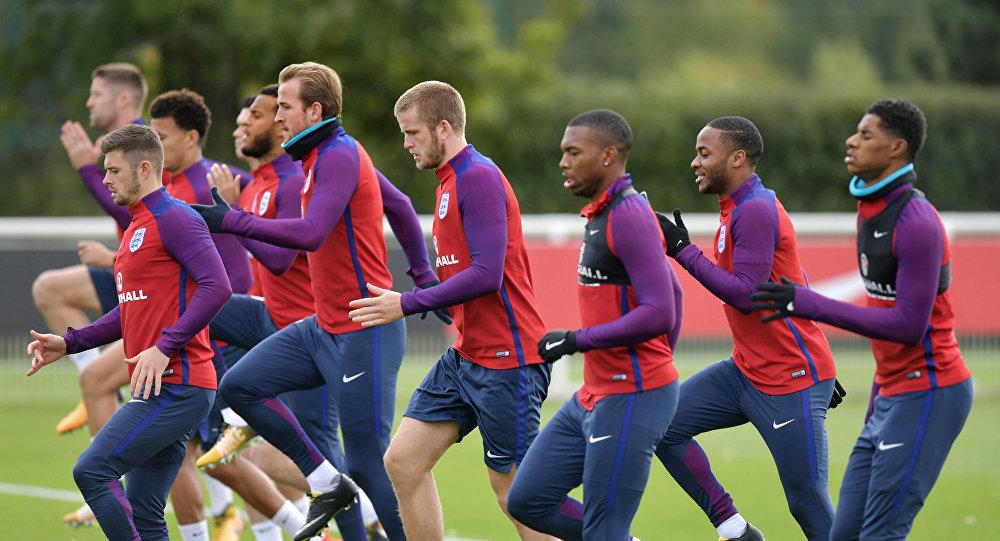Футболисты сборной Англии по футболу во время тренировки, фото из архива