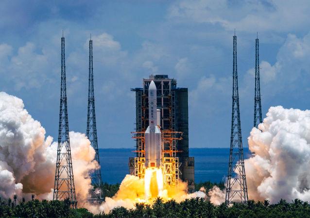 نخستین ماموریت فضایی چین برای جمع آوری نمونه های سنگ از کره ماه آغاز شد.