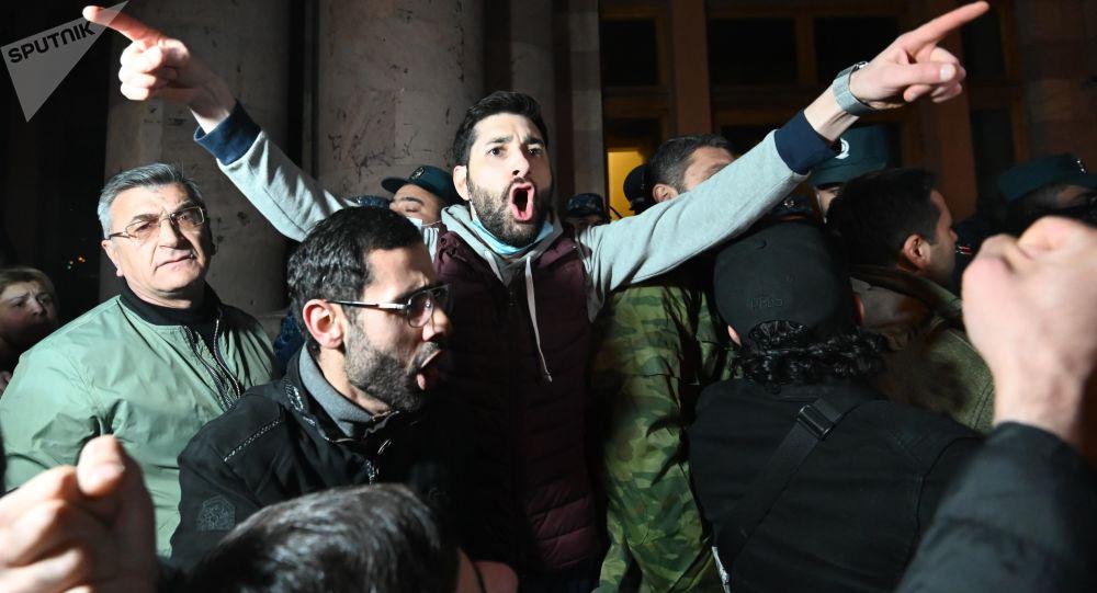 اولتیماتوم به پاشینیان: معترضان خواهان استعفا وی شدند