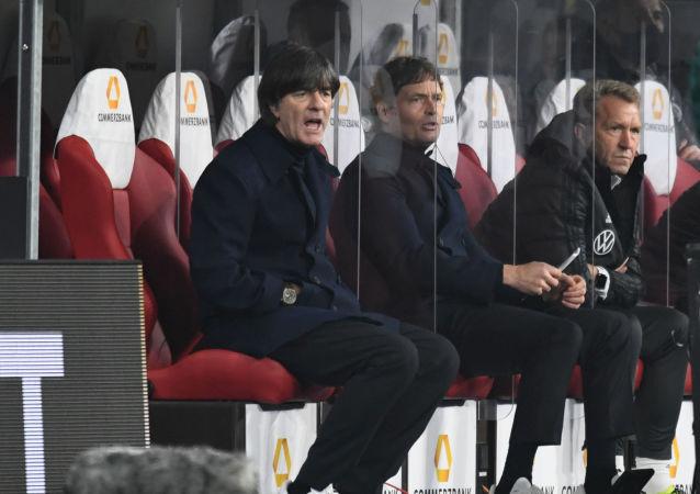 Joachim Löw auf der Trainerbank bei der 6:0-Niederlage gegen Spanien