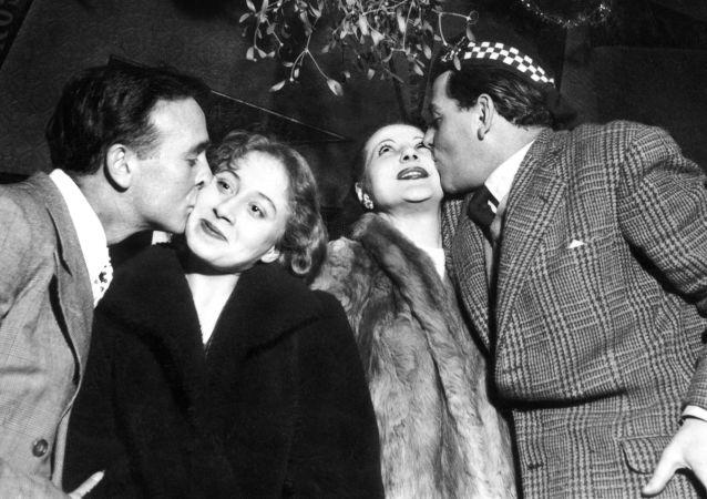 برگزاری جشن سال نو از لابلای آرشیو/ پاریس 1951 میلادی.