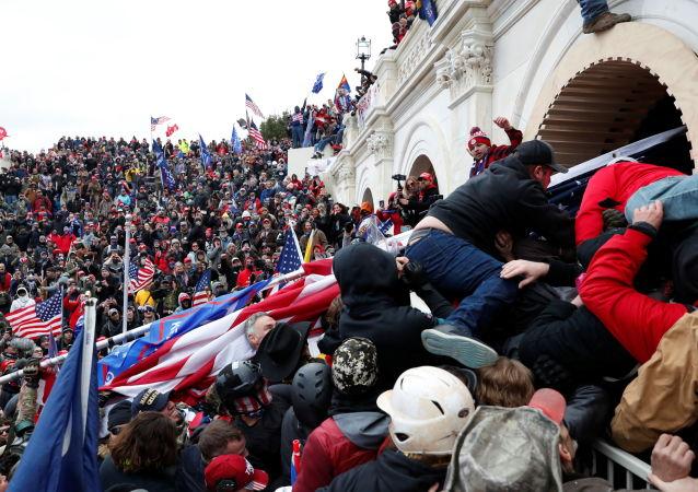 زخمی شدن بیش از 50 افسر پولیش در جریان شورش های کنگره امریکا
