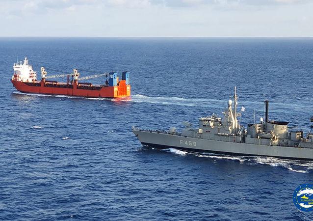 فرود سربازان ناتو به یک کشتی روسی در مدیترانه + عکس