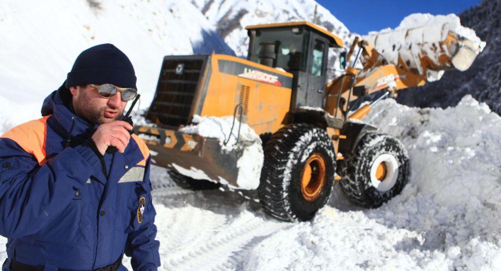 برف کوچ در پیست اسکی در منطقه کوهستانی جمهوری قرهچای و چرکس روسیه