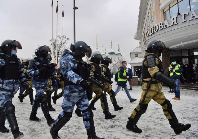 یورش یک شرکتکننده در تجمعات غیرقانونی روسیه به نیروهای پولیس + ویدیو