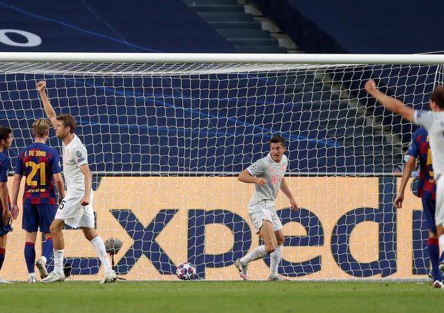 Футболисты Баварии празднуют второй гол забитый в ворота Барселоны во время четвертьфинального матча Лиги чемпионов УЕФА (14 августа 2020). Лиссабон