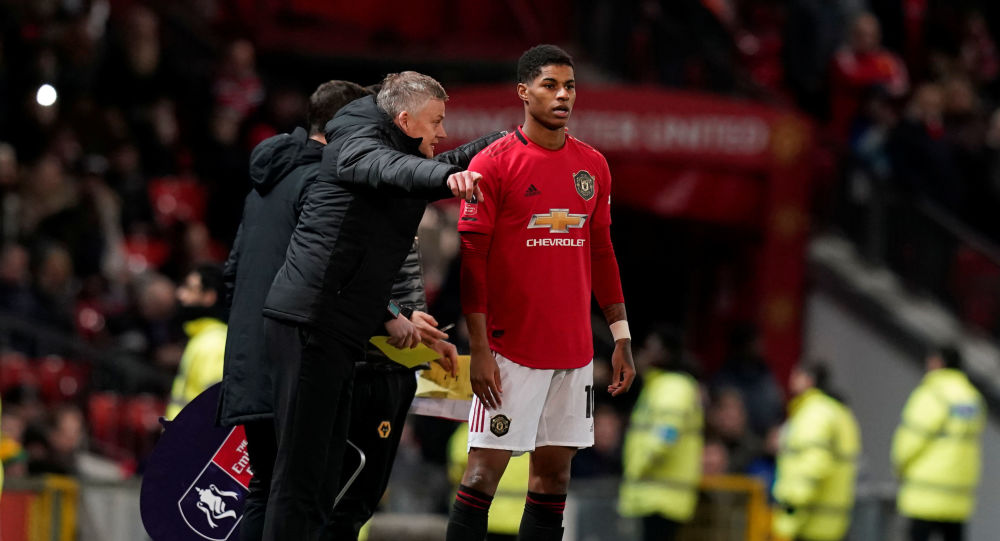 Soccer Football - FA Cup Third Round Replay - Manchester United v Wolverhampton Wanderers - Old Trafford, Manchester, Britain - January 15, 2020   Manchester United manager Ole Gunnar Solskjaer talks to Marcus Rashford as he prepares to come on