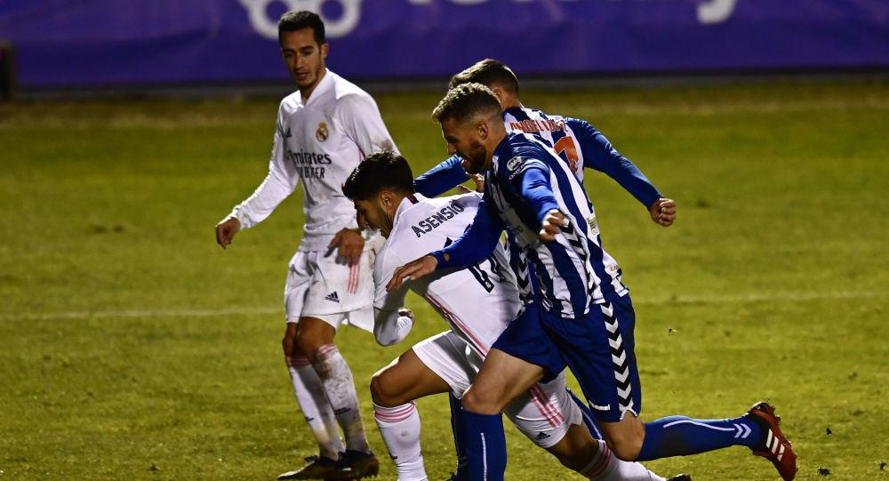 Marco Asensio (Real Madrid) entre la defensa del Alcoyano en Copa del Rey