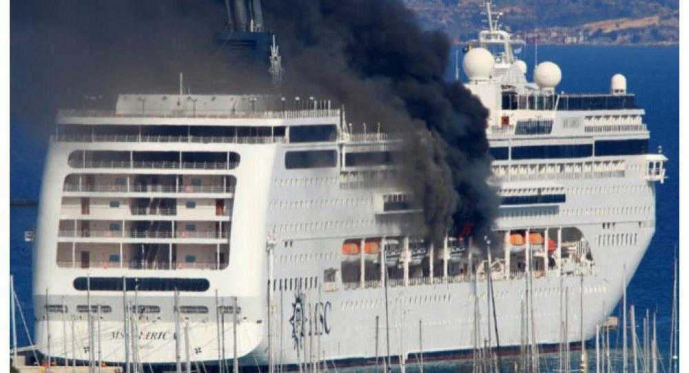 آتش گرفتن یک کشتی تفریحی در یونان