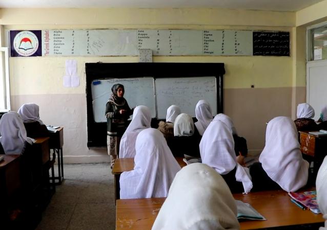 دختران پایتخت افغانستان خواستار بازگشایی مکاتب شان است