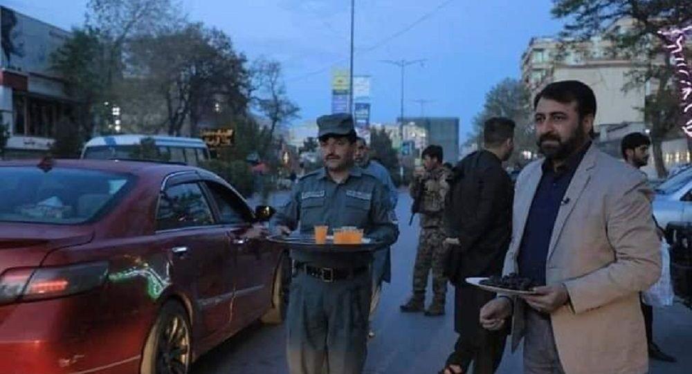 وزیر داخله خرما توزیع میکند، مولوی و ملا امنیت میگیرند
