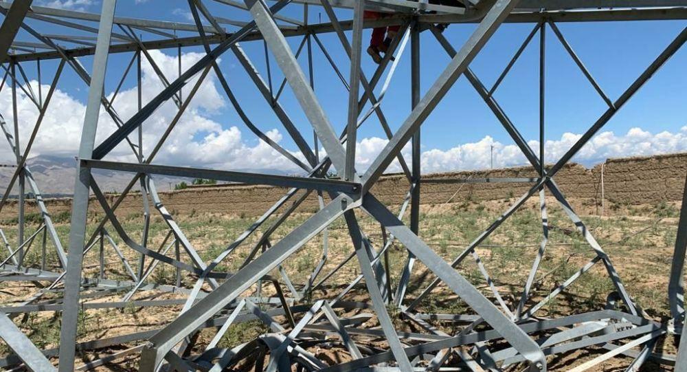 واژگون شدن پایه برق در پغمان؛ پولیس کابل میگوید طوفان شدید دلیل خرابی پایه است
