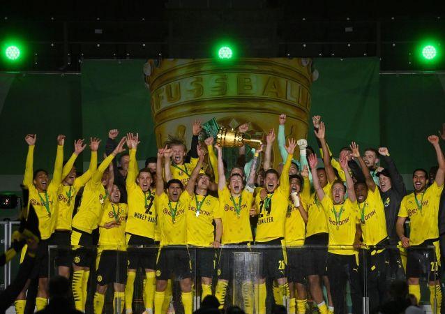 Almanya Kupası finalinde Borussia Dortmund, Leipzig'i 4-1 yenerek kupayı kazandı.