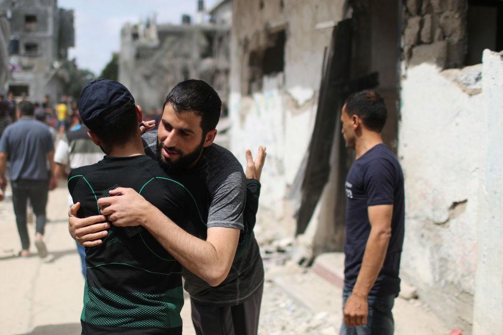 مردم غزه همدیگر را در آغوش میکشند