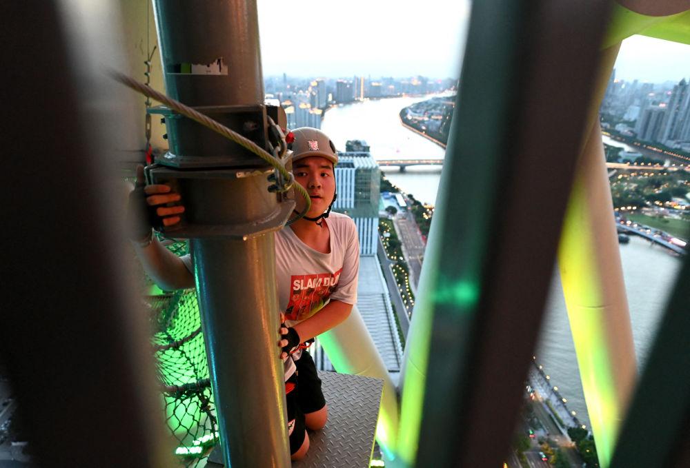 بازدیدکننده در برج تلویزیونی Canton در گوانجوی چین
