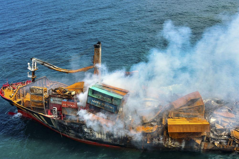 دود از کشتی باری سنگاپوری