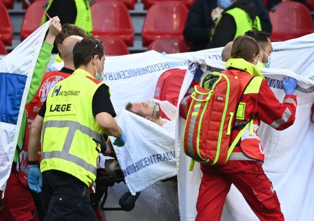 Danimarkalı futbolcu Christian Eriksen maç sırasında baygınlık geçirdi: Sahada müdahale edildi