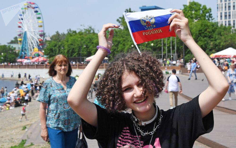 دختری در روز تجلیل از روز روسیه در ولادی وستوک.