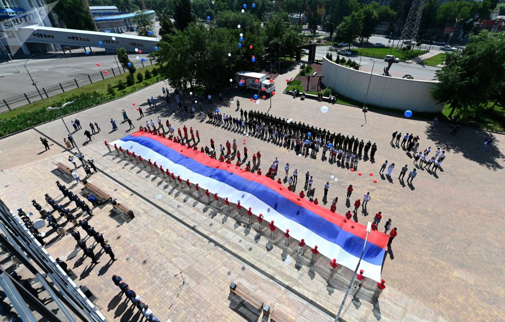 بیرق 50 متری روسیه به افتخار جشن روز روسیه در شهر رستوف.