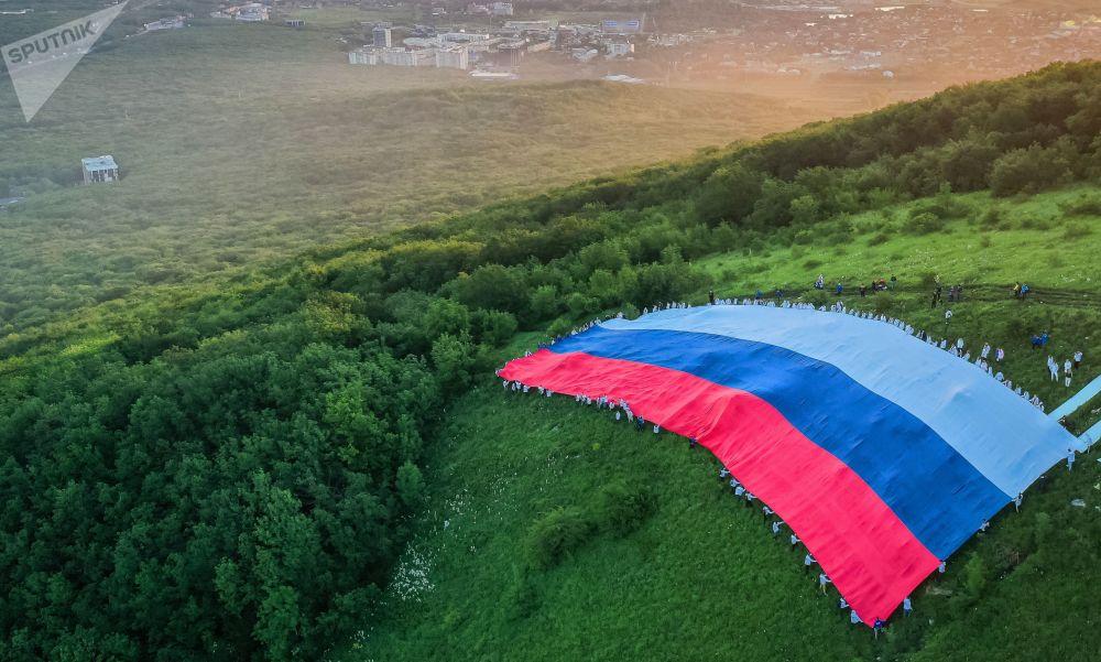 پرچم 72 متری به مناسبت روز روسیه در کوههای ماشوک روسیه.