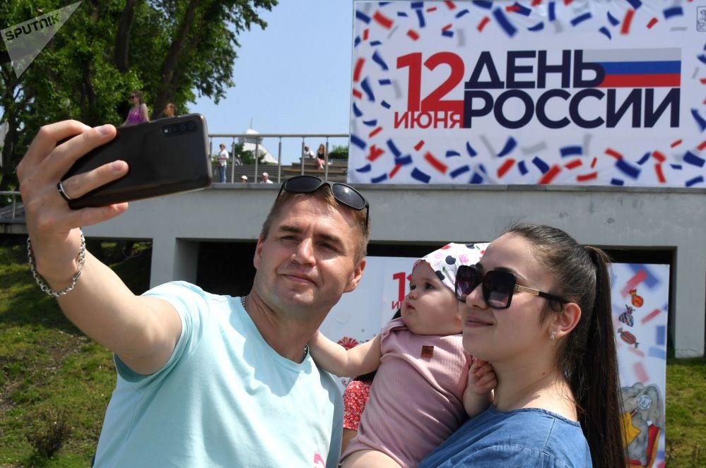 مردم در روز تجلیل از روز روسیه در ولادی وستوک.