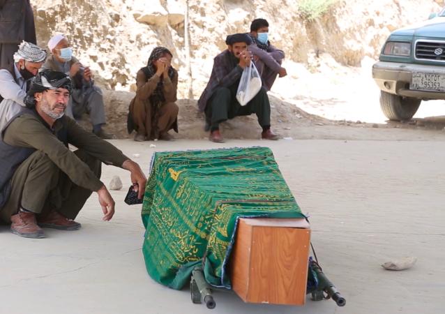پیکر بیجان طیبه موسوی کارمند افغان فلم که در نتیجه انفجار جان باخت
