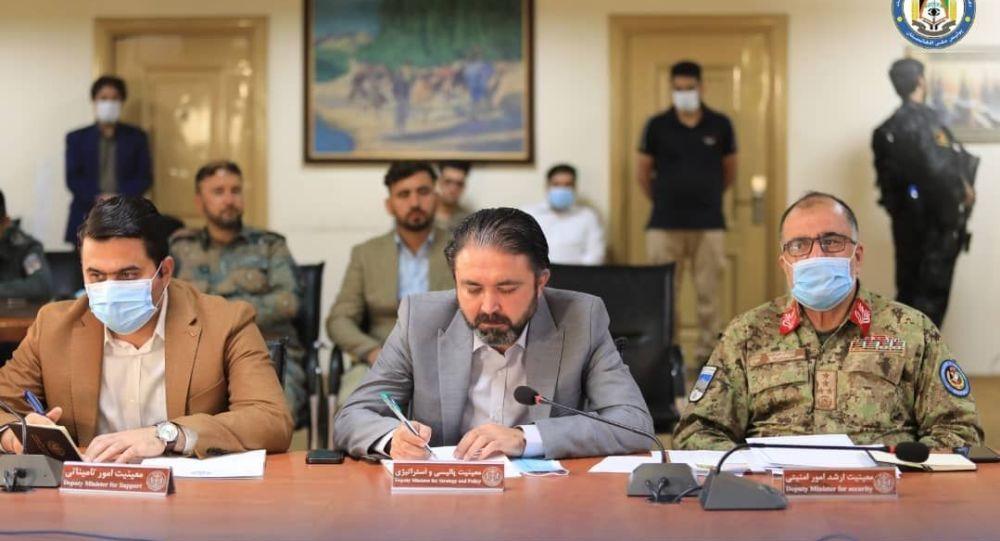 معین وزارت داخله: به کسانی که در برابر طالبان بجنگند، سلاح و مهمات توزیع میکنیم