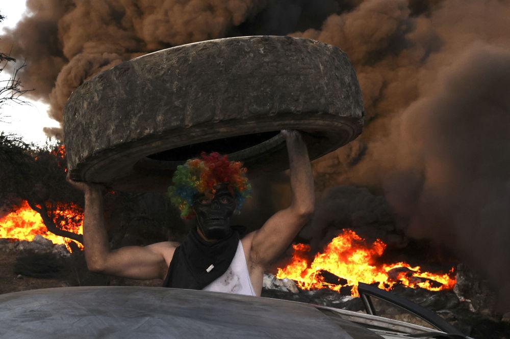 به آتش کشیدن تایر از سوی فلسطینیان.