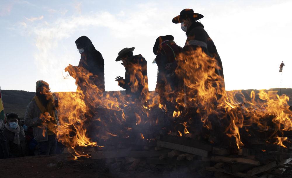 رهبران مذهبی بومی آیمارا مراسم سال نو را در شهر باستانی تیواناکو، بولیوی به پایان رساندند.