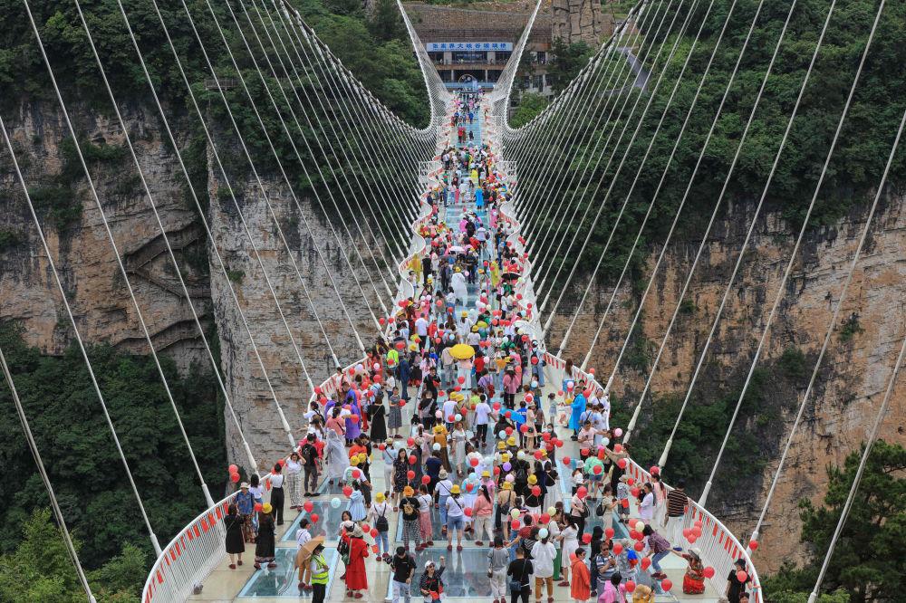 پل شیشهای در هونان مرکز چین.