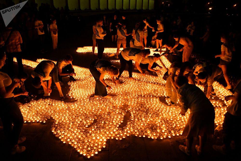 شرکت کنندگان در برنامه شمع حافظه شمع هایی را مقابل موزه پیروزی در مسکو.