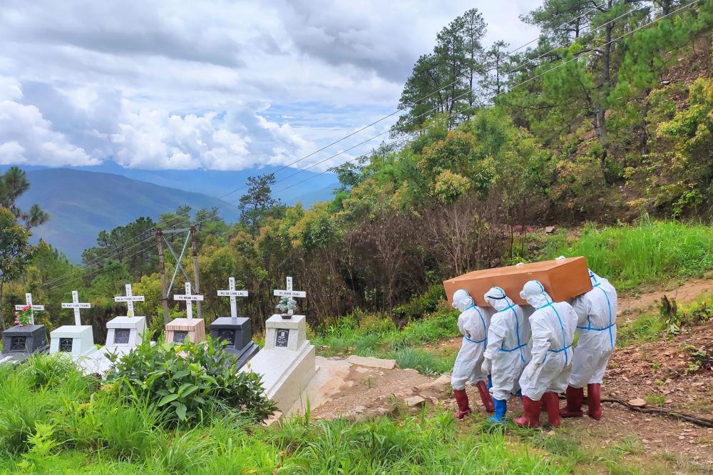 دفن جنازه ناشی از کووید-19 در میانمار.