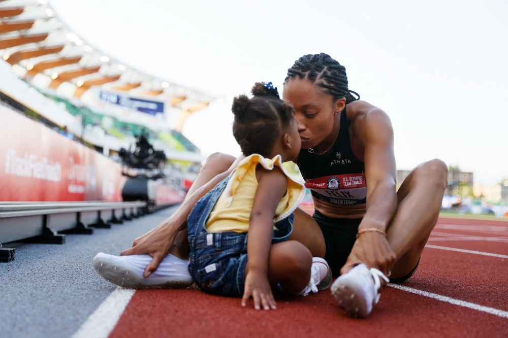 آلیسون فلیکس پس از کسب مقام دوم در مسابقات 400 متر قهرمانی ایالات متحده ، با دخترش کمرین پیروزی را جشن می گیرد.