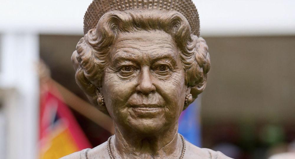 در کانادا، بومی ها مجسمه های ملکه های انگلیس ویکتوریا و الیزابت دوم را سرنگون کردند