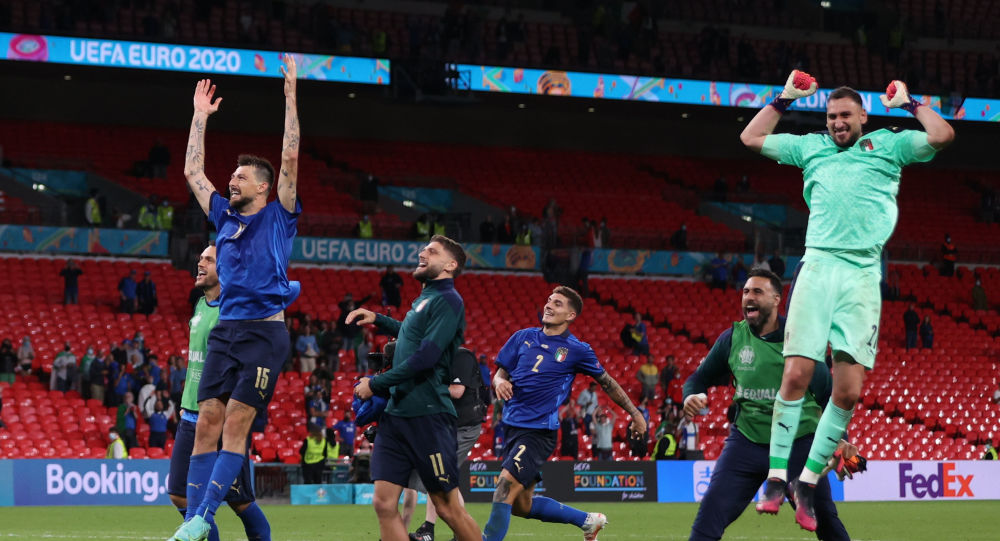 Italy players celebrates with fans after the match