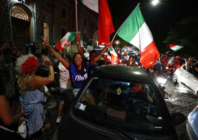 Soccer Football - Euro 2020 - Final - Fans gather for Italy v England - Rome, Italy - July 11, 2021 Italy fans celebrate after winning the Euro 2020