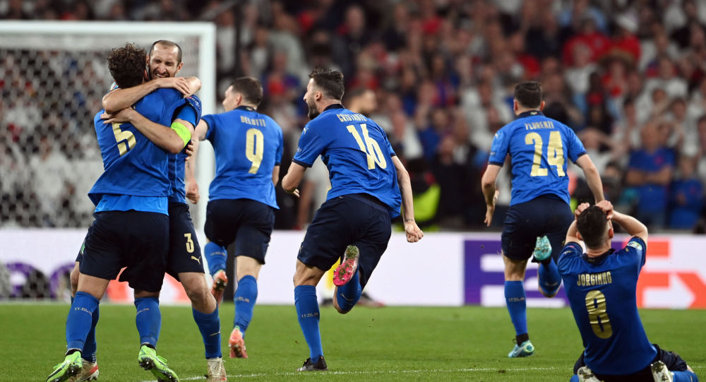 Italy players celebrate after winning Euro 2020
