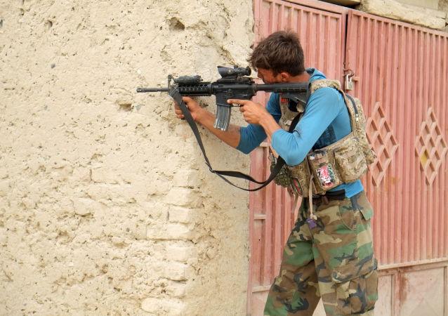 سرباز ارتش در ناحیه هفتم شهر قندهار درحال جنگ با طالبان.