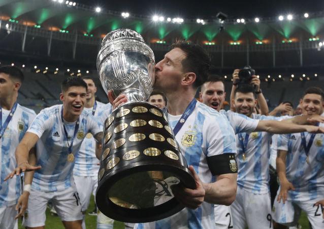 Lionel Messi beija o troféu depois de derrotar o Brasil na final da Copa América no Maracanã, Rio de Janeiro