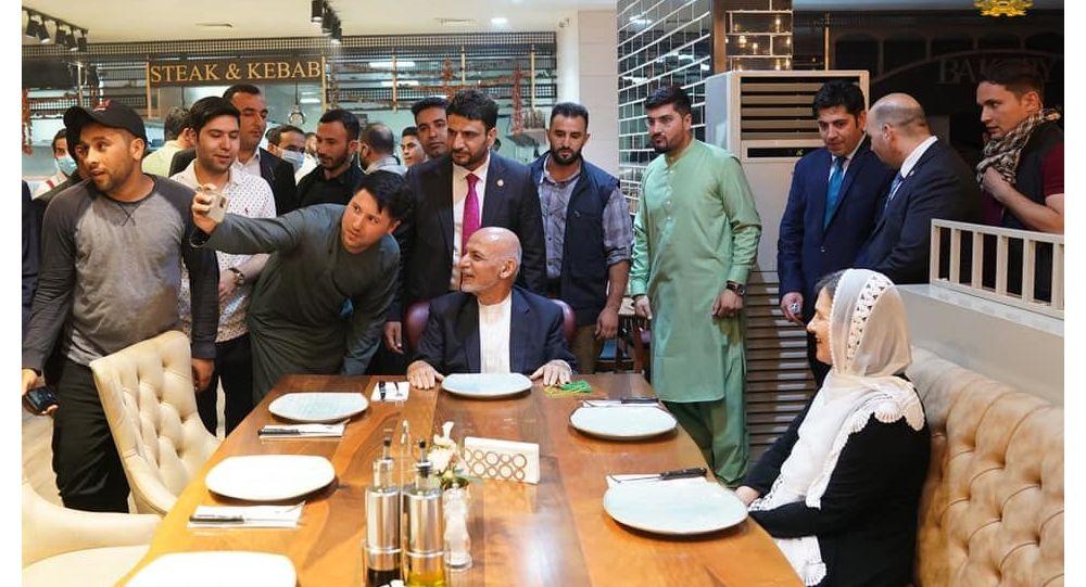 اتفاق بی سابقه؛ رئیس جمهور غنی با همسرش به رستورانت رفت + عکس