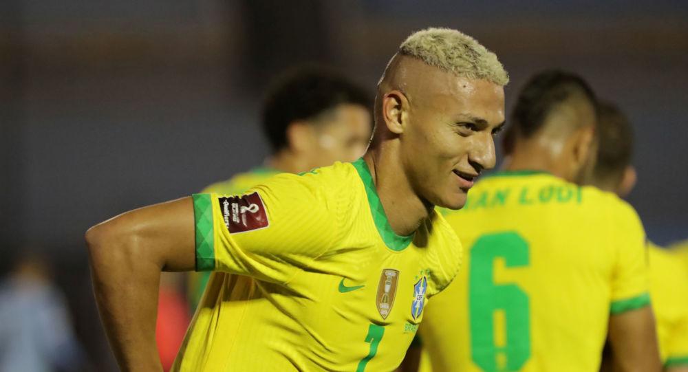 Atacante Richarlison comemora o segundo gol da Seleção Brasileira em partida contra o Uruguai, em Montevidéu, 17 de novembro de 2020