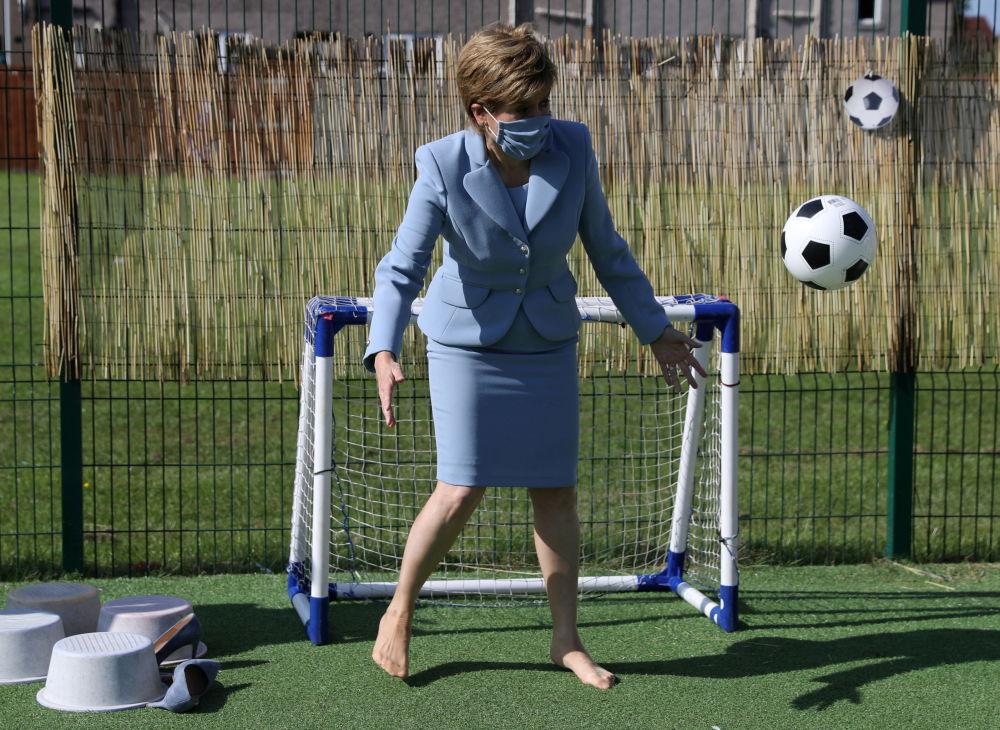 نیکولا استورجن ، نخست وزیر اسکاتلند هنگام بازدید از یک کودکستان در فالین
