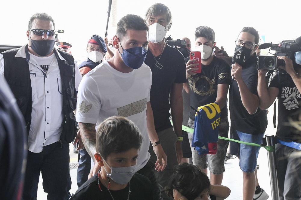 ستاره دنیای فوتبال، همراه با خانواده به پاریس رسید.