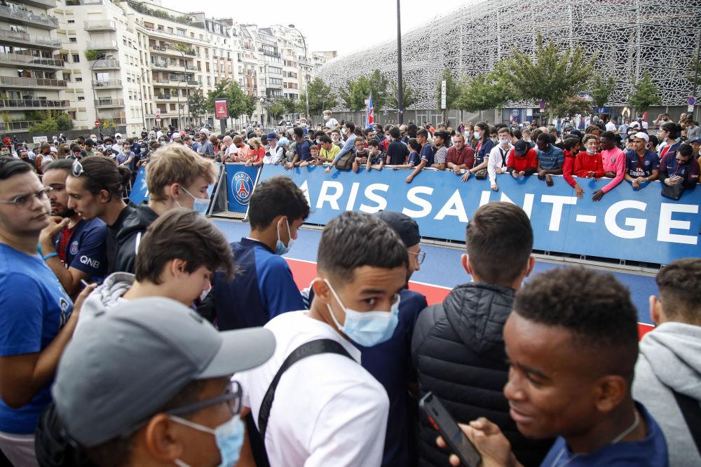 هوادان تیم پاریسن جرمن، در نزدیکی ورزشگاه در انتظار ستاره دنیای فوتبال.