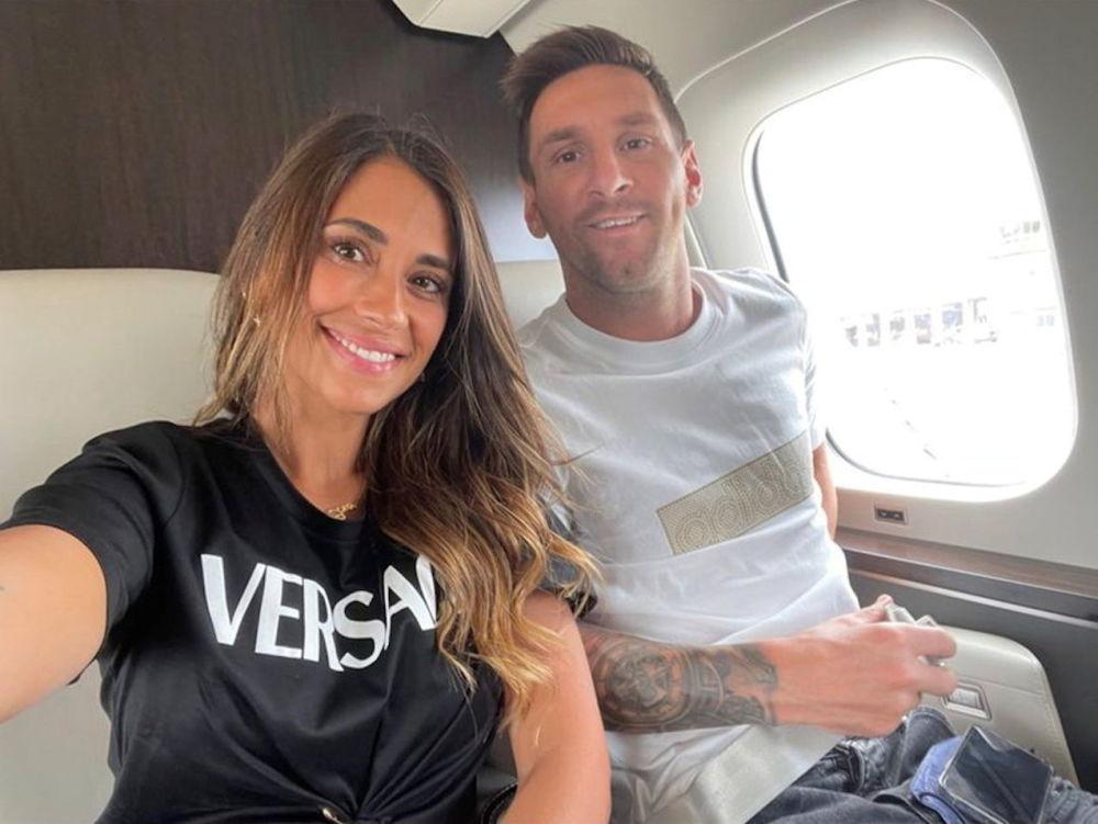 لیونل مسی همراه با خانمش در طیاره شخصی در انتظار سفر به پاریس